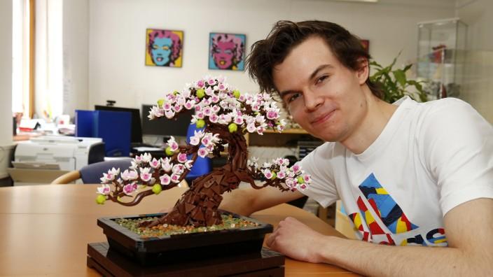 Aus Geretsried für die Welt: Marius Herrmann studiert in München Japanologie und Informatik in der Richtung Games Engineering, doch seit sechs Jahren ist er zudem auch Unternehmer und Designer. Im ehemaligen Besprechungsraum des Büros seiner Eltern baut er Lego-Figuren, die weltweit gefragt sind.