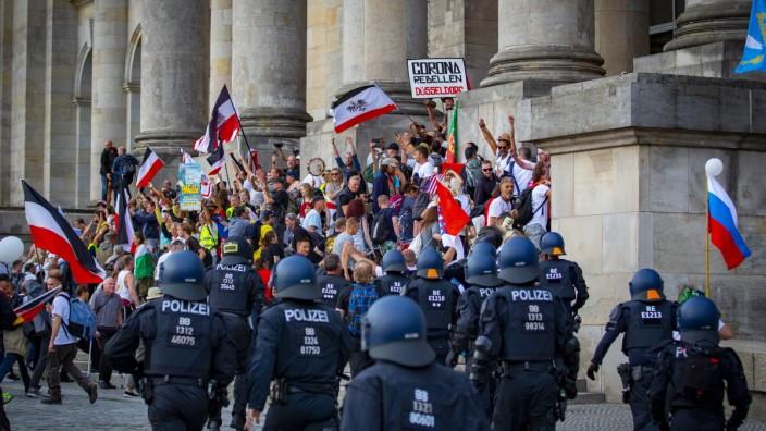 """Vor dem Reichstag nach einer Kundgebung im Berlin im August 2020. Es zeigte sich deutlich: Die """"Querdenker"""" sind nicht nur harmlose Demonstranten."""