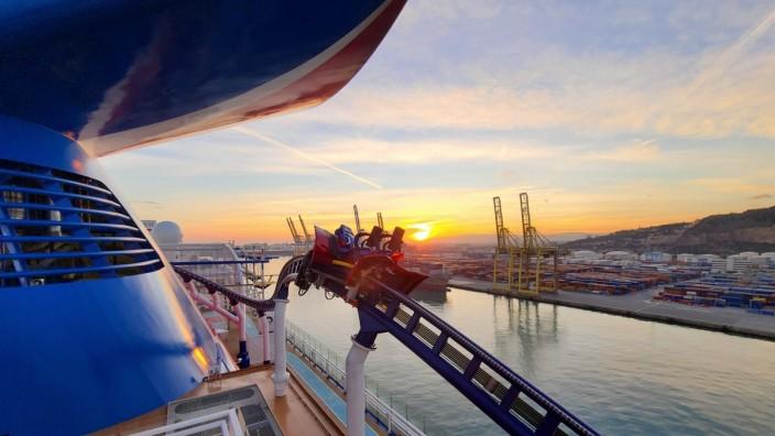 """Tourismus: Beschleunigung wie bei einem Formel-1-Wagen: Auf dem Kreuzfahrtschiff """"Mardi Gras"""" können Urlauber jetzt auch mit einer Achterbahn fahren."""