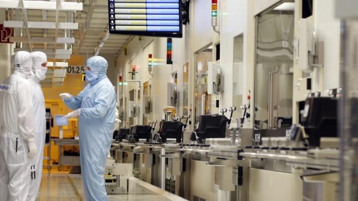 Halbleiter: Mitarbeiter in einem sogenannten Reinraum der Firma Infineon.