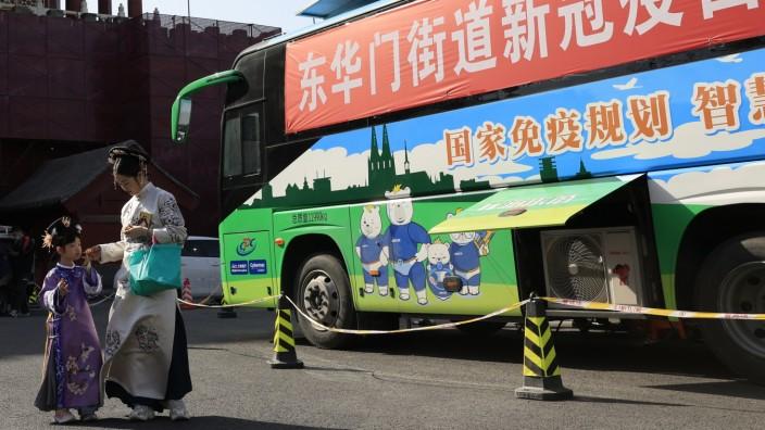 Impfkampagnen: Ziel Herdenimmunität - von diesem Monat an sollen in China auch Kinder und Jugendliche geimpft werden: Impfbus in Peking.