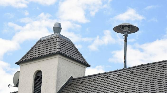 Warnsysteme im Landkreis Erding: Auf dem Dach der Feuerwehr Maisach im Landkreis Fürstenfeldbruck steht eine der selten gewordenen Sirenen.