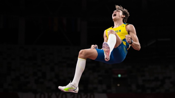 210803 Armand Duplantis of Sweden celebrates when competing in men'!s pole vault final during day 11 of the Tokyo 2020 O