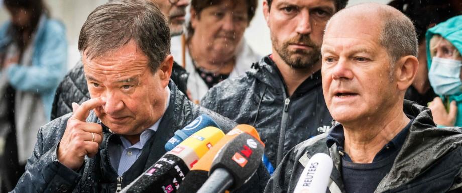 Hochwasserkatastrophe: Bundesfinanzminister Olaf Scholz und NRW-Ministerpräsident Armin Laschet am Dienstag in Stolberg bei Aachen.