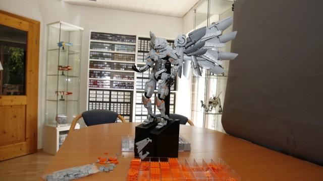 Aus Geretsried für die Welt: Im ehemaligen Besprechungsraum des Büros seiner Eltern baut Herrmann Lego-Figuren, die weltweit gefragt sind.