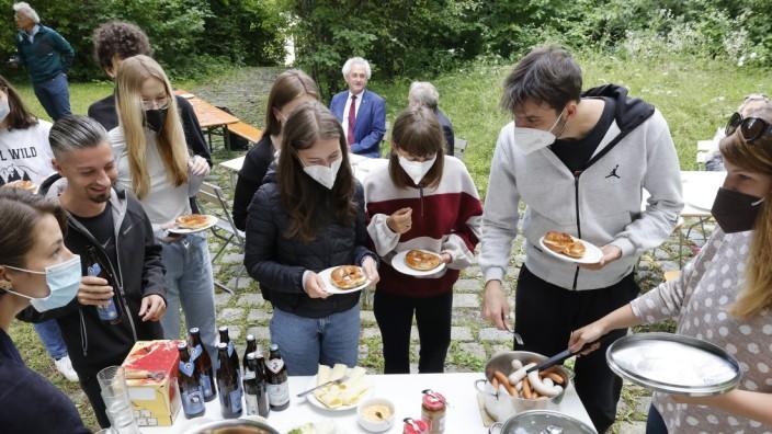 Jugendworkcamp in Freising: Mit einem Weißwurstfrühstück, zu dem auch der Landrat kam, bewirtete das Gästehaus St. Anna in Thalhausen die Jugendlichen, die am Jugendworkcamp des Landkreises teilnehmen.