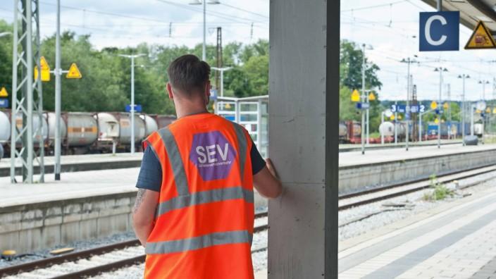 Schienenersatzverkehr auf der S4/S6: In Grafing-Bahnhof informieren Lotsen die Fahrgäste über den Schienenersatzverkehr, der seit Freitag im Einsatz ist.