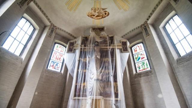 Pfarrkirche Christkönig in Weßling: Der Altar der Kirche Christkönig ist wegen der Innensanierung durch Plastikplanen geschützt.