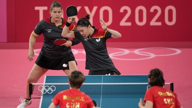 Olympia: Ausgeglichene Begegnung nur im ersten Satz: Petrissa Solja (links) und Shan Xiaona blieben mit dem deutschen Frauen-Team gegen Tischtennis-Favorit China insgesamt chancenlos.