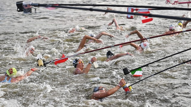 Freiwasserschwimmen bei Olympia: Athletenfütterung: Nach jeder Runde geht es an der Verpflegungsstation vorbei.