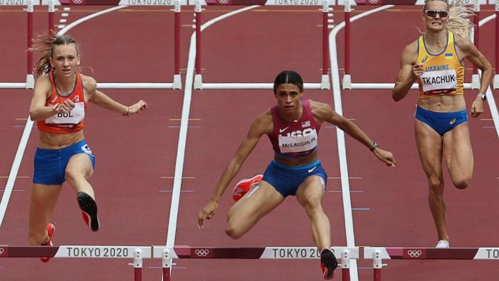 Weltrekord im Hürdenlauf: Vor der siebten Hürde beginnt so ein Rennen eh nicht: Sydney McLaughlin (Mitte) zieht am Ende an ihren Konkurrentinnen vorbei, Femke Bol (li.) wird am Ende Dritte.