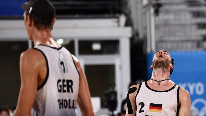Beachvolleyball: Schwer enttäuscht: Julius Thole (links) und Clemens Wickler sind raus in Tokio.