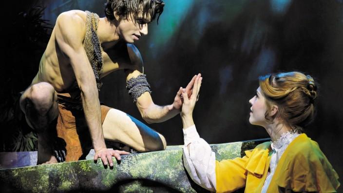 """Stadthalle Erding: Erste Begegnung: Das Musical """"Tarzan"""" ist wie auch die vier anderen Veranstaltungen des Kinderprogramms in der Stadthalle Erding für Besucher ab dem Kindergartenalter gedacht und geeignet."""