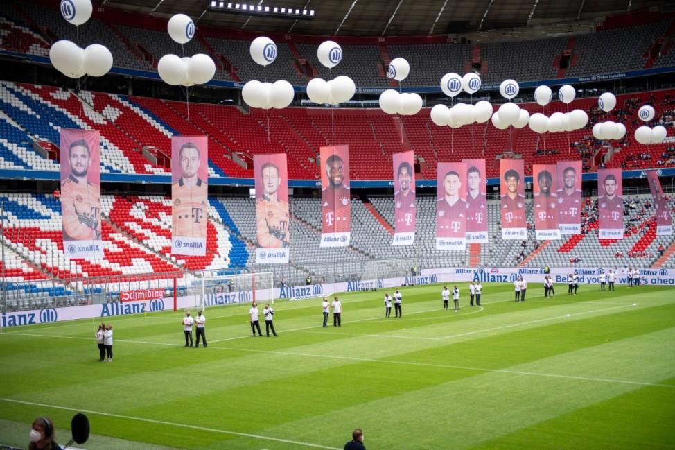 Allianz Arena mit den Ballons und den Spielern auf den Fahnen, Teampraesentation FC Bayern Muenchen, 04.08.21 Muenchen B