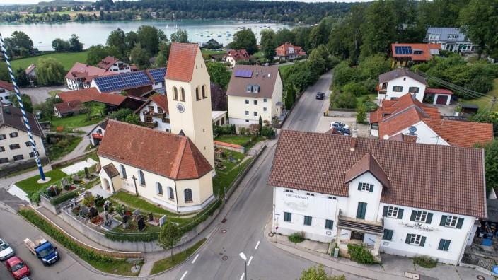 Gastronomie im Landkreis Starnberg: Kirche und Wirtshaus prägen den Dorfkern von Steinebach seit Jahrhunderten. Jetzt sucht die Gemeinde Wörthsee für die Traditionsgaststätte (rechts), die gerade saniert wird, einen neuen Pächter.