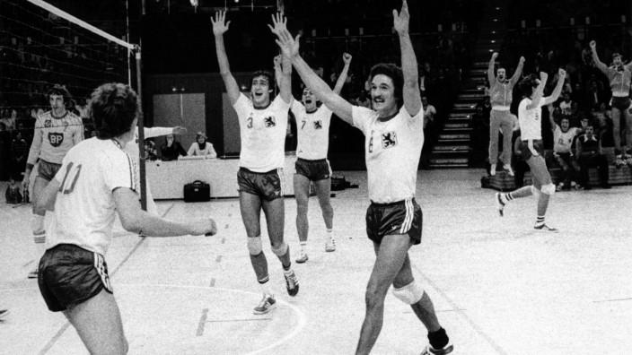 Volleyball: Bild aus einer anderen Zeit: Die spätere Meistermannschaft des TSV 1860 München bejubelt ihren Punkt.