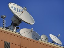 Satellitenschuesseln auf dem Dach des ARD Hauptstadtstudios, Berlin Mitte, Deutschland, Berlin satellite dishes on the r