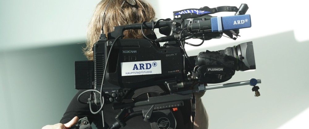 Symbolfoto ARD TV Kamera Symbolbild einer ARD TV Kamera des Hauptstadtstudio mit Kamerafrau des oeffentlich-rechtlichen