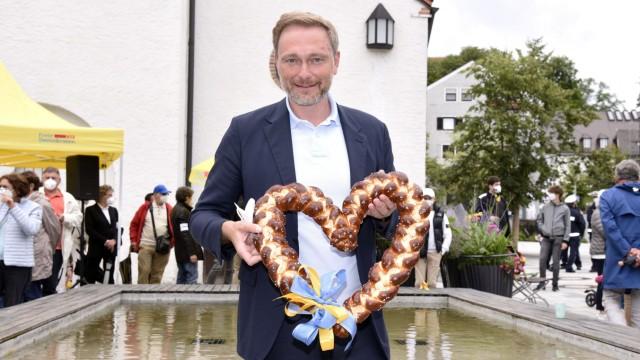 Christian Lindner auf Sommertour der FDP auf dem Kirchplatz. Starnberg, 01.08.2021 *** Christian Lindner on summer tour