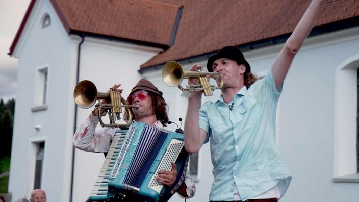 In Seeshaupt: Matthias Schriefl (links) und Johannes Bär nutzten den Corona-Sommer für ein außergewöhnliches Wander- und Musikprojekt.