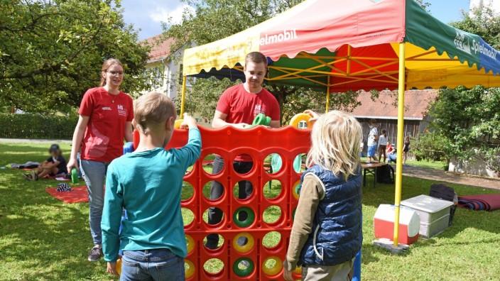 Kottgeisering: Das Vier-Gewinnt-Spiel ist fast größer als manche der Besucher - und bei den Buben und Mädchen sehr beliebt.