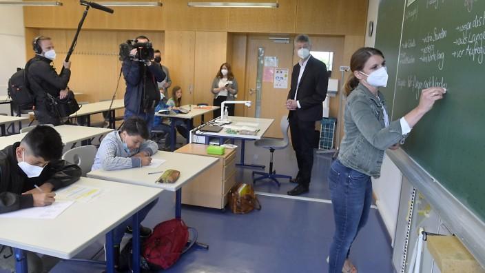 Bildungspolitik: In der Aschheimer St. Emmeram-Realschule will Lehrerin Stefanie Schwepper (rechts) mit ihren Schülern Defizite aufholen, die durch die Pandemie entstanden sind. Minster Michael Piazolo schaut interessiert dabei zu.