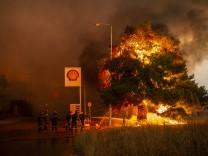 Griechenland: Eine kilometerlange Wand aus haushohen Flammen