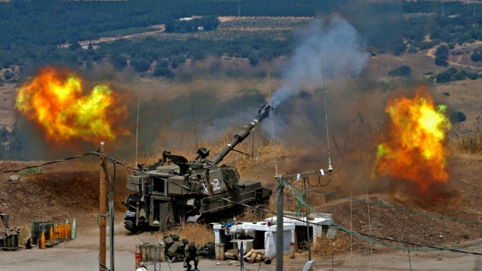 Israelische Artillerie feuert Granaten auf Ziele in Südlibanon. Es sind Vergeltungsangriffe für Raketen, die zuvor die mit Iran verbündete Schiiten-Miliz Hisbollah nach eigenen Angaben auf Israel abgeschossen hatte.