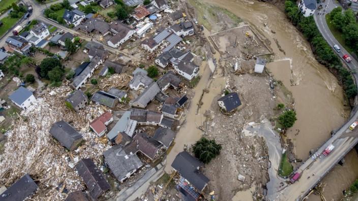 Jahrhundertflut: 15. Juli: Blick auf den Ort Schuld an der Ahr.