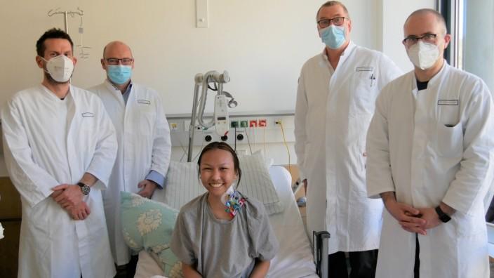 Nachdem die furchtbaren Schmerzen ein Ende haben, kann Thu Thao Vu Thi - umringt von ihren Ärzten - wieder lachen.