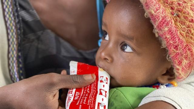 Ein Baby in Tigray wird von seiner Mutter mit Notfallnahrung gefüttert. An Hilfsgütern wie diesem herrscht extreme Knappheit.