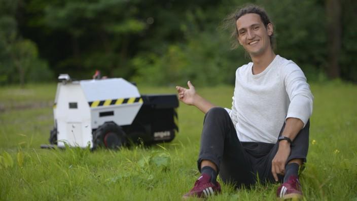 """Umweltschutz: """"Ein Zigarettenstummel verunreinigt 40 Liter Grundwasser"""", sagt Lukas Wiesmeier. Um etwas für den Klimaschutz zu tun, hat er einen Saug-Roboter erfunden."""