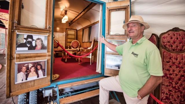 Farm der Zirkus-Tiere: Hier führt Frank Keller durchs Gelände und zeigt den ehemaligen Speisewagen der Familie Krone.