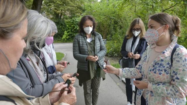 München: So geht's: Zu Beginn verteilt Theresa Hanich (rechts) MP3-Player, Kopfhörer sowie Wegbeschreibungen und gibt eine kurze Einweisung.