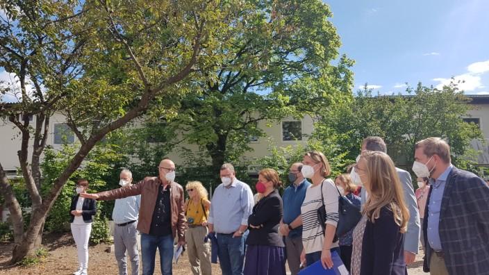 Allach/Untermenzing: Grundschul-Leiter Jörg Weinberger erläutert der Gruppe und Bürgermeisterin Verena Dietl (rote Maske) Probleme im Pausenhof.