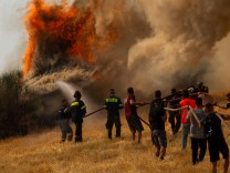 Brände am Mittelmeer: Die Rettungskräfte stehen unter enormem Druck