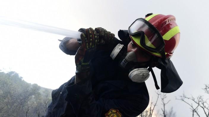 Feuerwehr: Ein Feuerwehrmann kämpft nördlich von Athen gegen die Flammen. Nun schickt auch Deutschland Feuerwehrleute nach Griechenland.