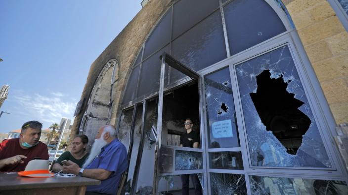 """Israel: """"Die Flammen schlugen bis zum Himmel"""": Das Fischrestaurant von Uri Buri (weißer Bart) im Hafen von Akko wurde bei den Unruhen im Mai zerstört."""