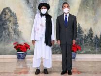Mullah Abdul Ghani Baradar, Taliban-Führer, war auf Einladung Chinas zu Gast in Tianjin und sprach mit Außenminister Wang Yi.