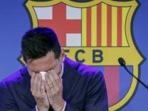 Sport Bilder des Tages Argentine forward Lionel Messi gets emotional during a press conference, PK, Pressekonferenz to e