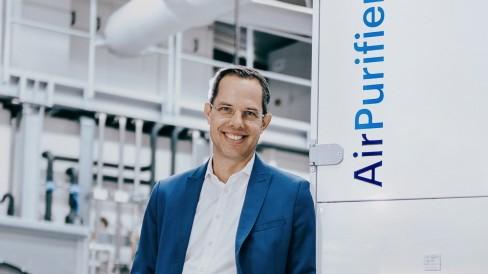 Mainburg: Ein Chef und sein Lüfter: Thomas Kneip ist Vorsitzender der Geschäftsführung von Wolf. Die Firma ist auf Klima- und Heizungsanlagen spezialisiert und hat seit Corona auch einen mobilen Luftreiniger im Portfolio.