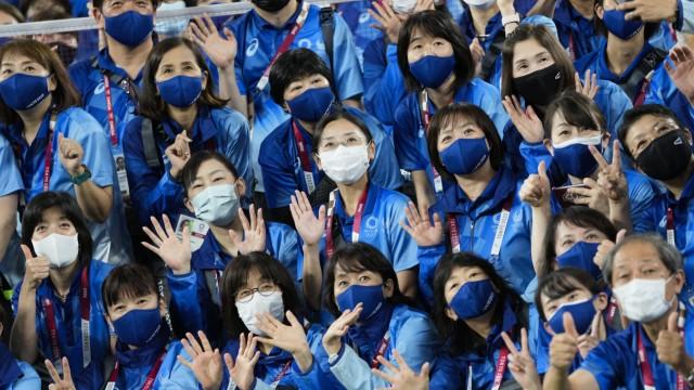 Olympia-Episoden: Keine Zuschauer, aber immerhin ein paar freiwillige Helfer durften bei den Spielen in Tokio dabei sein.