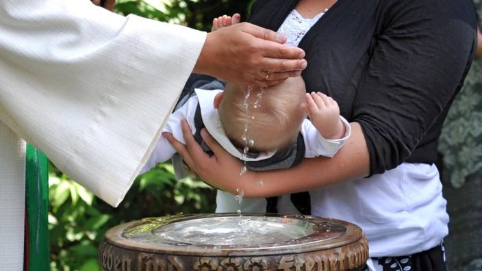 Während im vergangenen Jahr die Zahl der Taufen deutlich gesunken ist, wollen besonders viele Eltern ihren Nachwuchs in diesem Sommer taufen lassen.