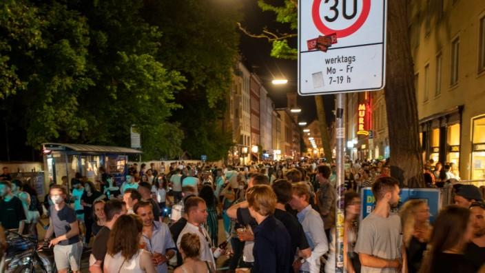 Die Türkenstraße hat sich während der letzten Monate zu einem Party-Hotspot entwickelt.