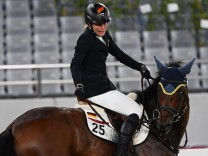 (210806) -- TOKYO, Aug. 6, 2021 -- Annika Schleu of Germany reacts in the riding portion of the women s individual of M