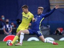 Chelsea v Villarreal - UEFA Super Cup - Windsor Park Villarreal s Juan Foyth (left) and Chelsea s Timo Werner battle fo