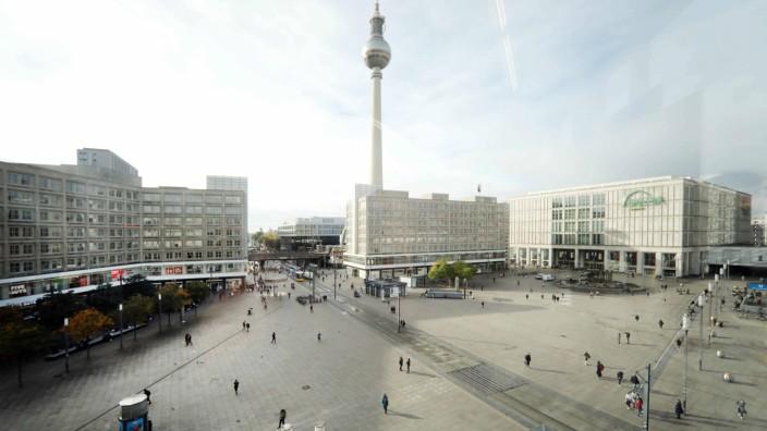 02.11.2020, Berlin - Deutschland. Die Stadt im Tag 1 des Lockdowns, am Alex ist nicht viel los. *** 02 11 2020, Berlin