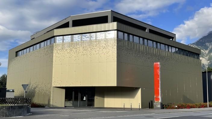 Glücksspiel: Ein Fall für die Justiz: Ein deutscher Glücksspielunternehmer steckt angeblich hinter diesem golden angemalten Casino an einer Liechtensteiner Ausfallstraße.