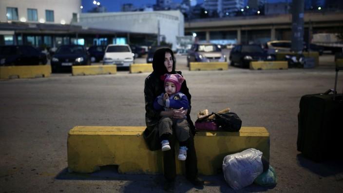 Europas Außengrenzen: Europa - und nun? Eine geflüchtete Frau hat mit ihrem Kind 2016 den Hafen von Piräus erreicht.