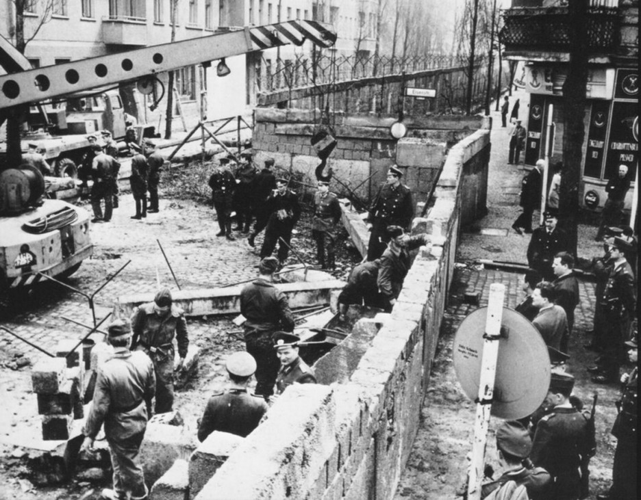 Construction of the Berlin Wall dividing East from West Germany 1961 WHA PUBLICATIONxINxGERxSUIxAU